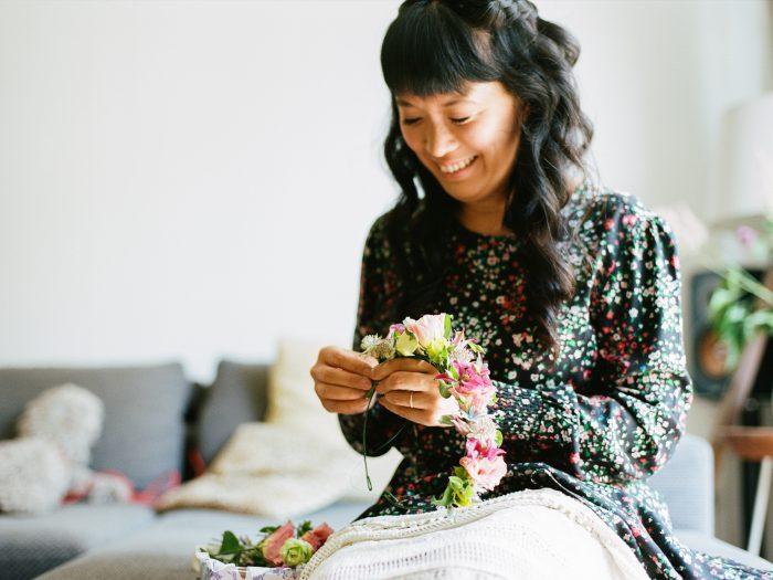 Wiesenmaedchen beim Flechten fuer einen wunderschoenen Blumenkranz ©Tilmann Vogler